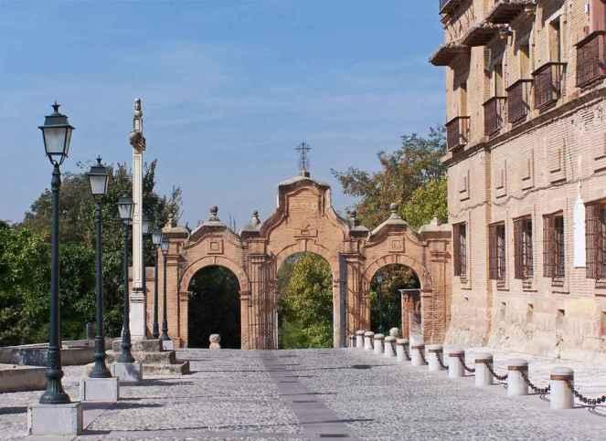 Sacromonte.puerta_monumental_vista_por_el_lado_este